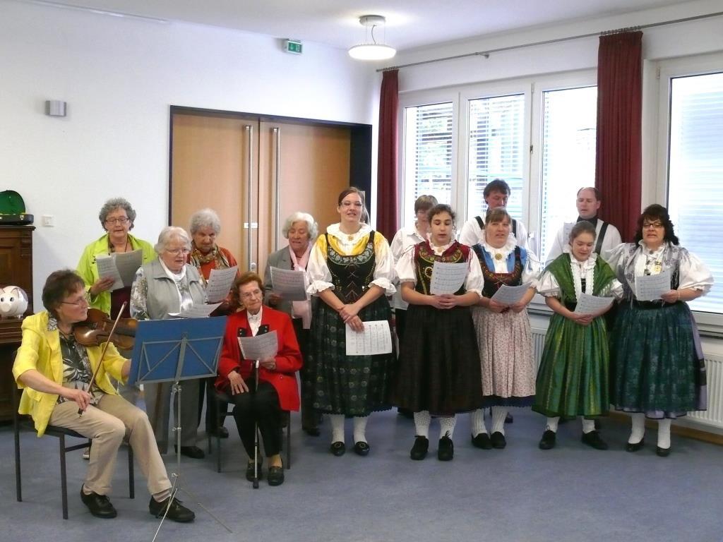 Sing- und Tanzgruppe beim Mai-Nachmiitag - (c) 2015 Hans-Jürgen Ramisch