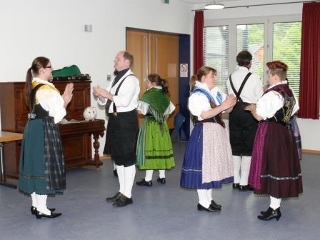 Kleine Tanzgruppe am Mai-Nachmittag der Gmoi Dillenburg - (c) 2015 Hans-Jürgen Ramisch