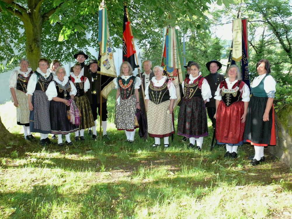 Gruppenbild Egerländer Trachtenträger Burg
